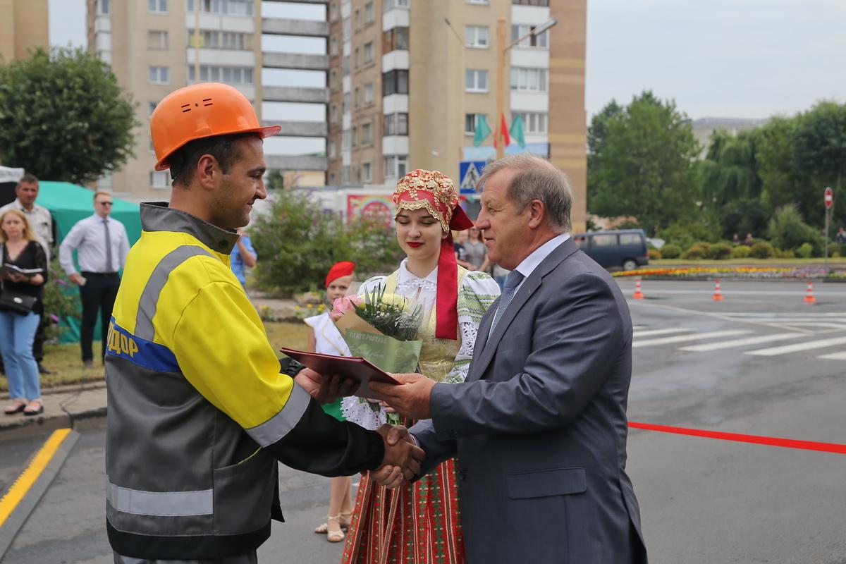 Анатолий Лис вручает грамоту Вадиму Шапелю, столяру МСУ №3