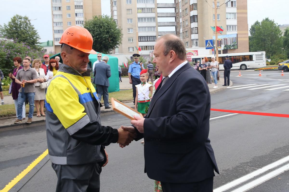 Юрий Громаковский вручает грамоту Александру Лабуке, электромонтеру по ремонту и обслуживанию оборудования МСУ №3