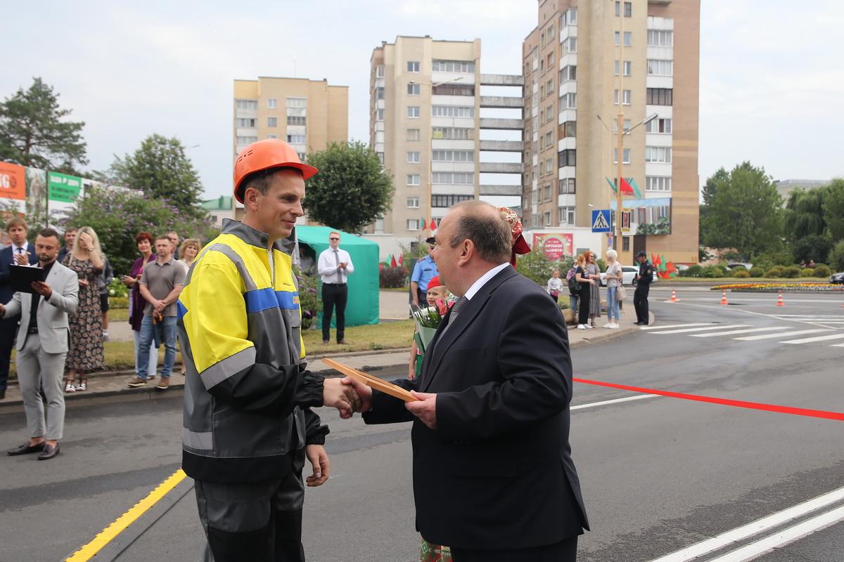 Юрий Громаковский вручает грамоту Виктору Усову, стропальщику МСУ №3