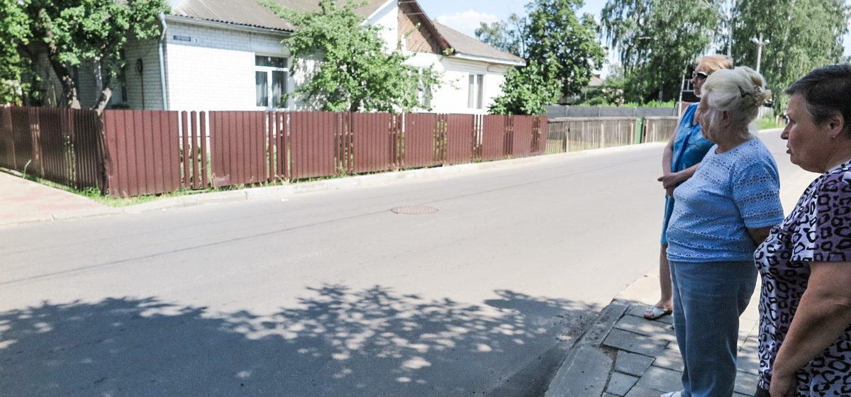 «Въезжают друг в друга или в забор». Жильцы частного сектора в центре Барановичей жалуются на отсутствие дорожных знаков