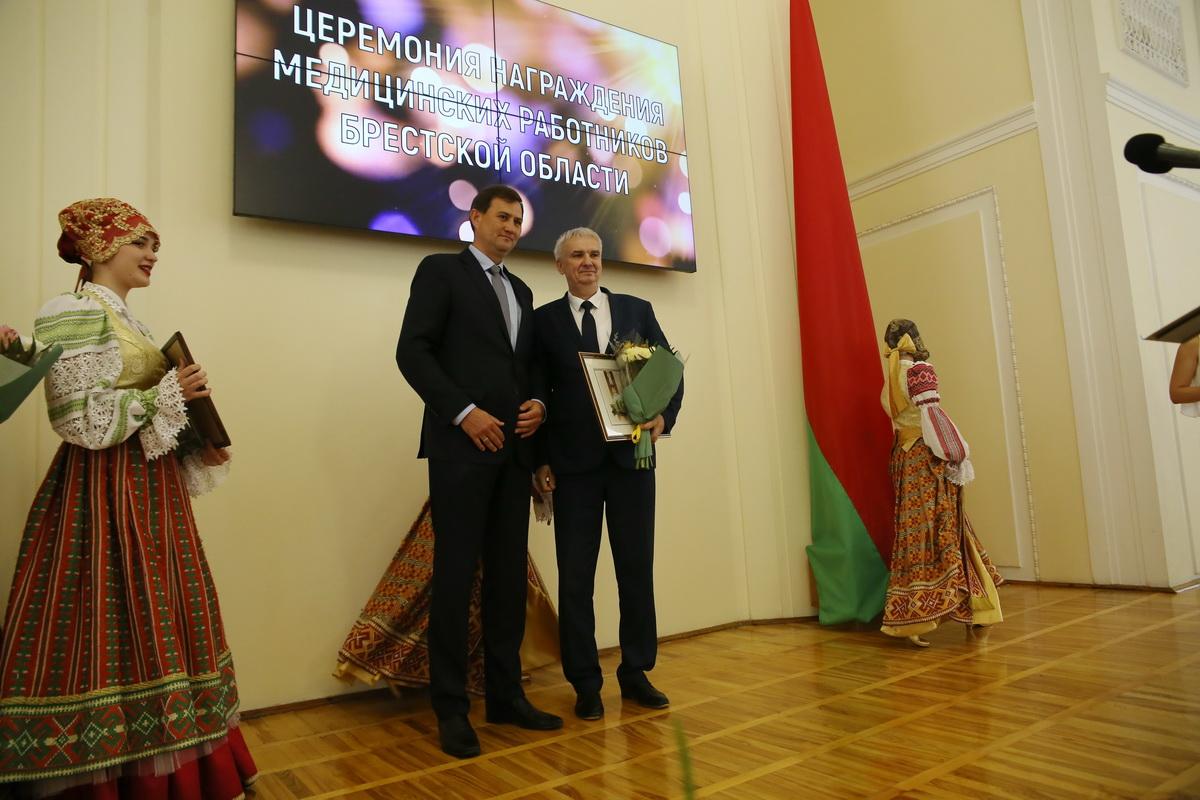 Максим Рыженков и Василий Романовский, главврач Барановичской центральной поликлиники. Фото: Андрей БОЛКО