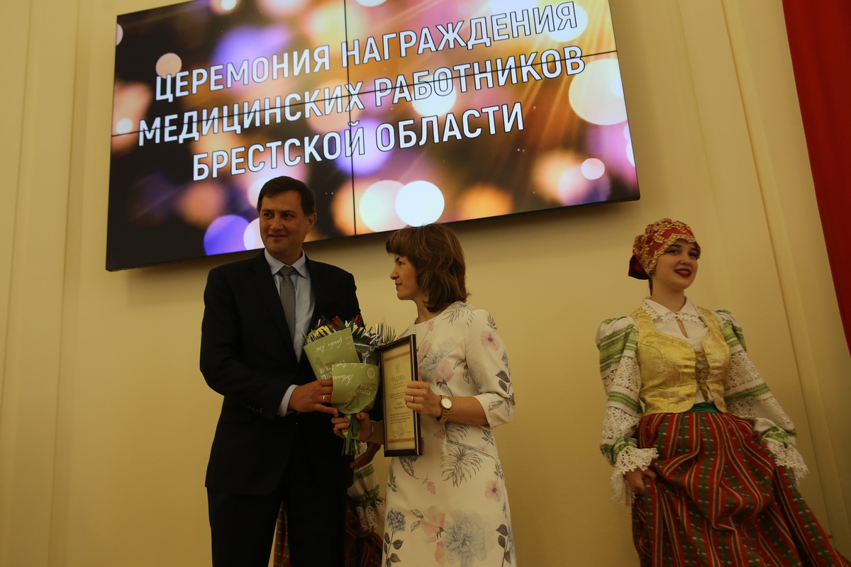 Максим Рыженков вручает награду Ольге Гладкой, врачу лабораторной диагностики Барановичской центральной поликлиники. Фото: Андрей БОЛКО