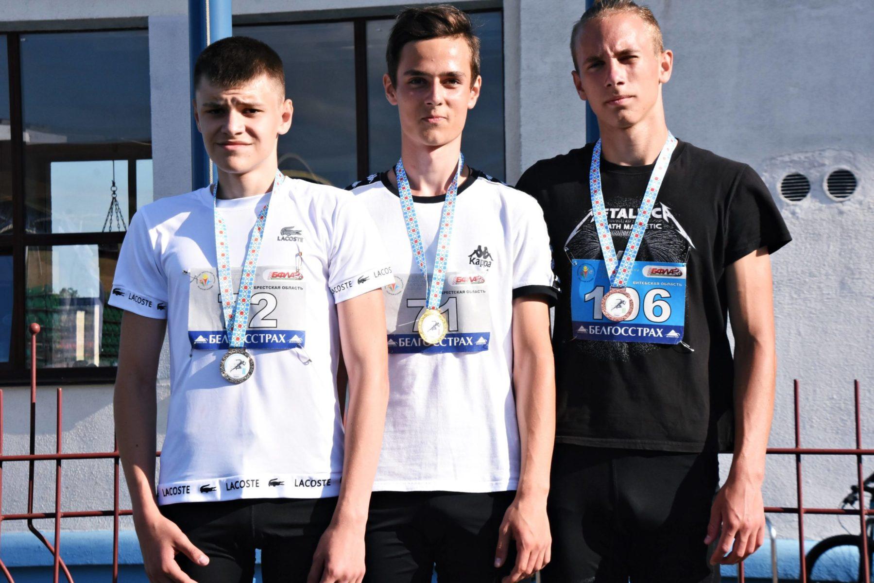 Максим Пивоварчик (в центре) – чемпион и Данила Логвиненко (слева) – второй призер первенства Беларуси 2020 года. Фото: СДЮШОР №2