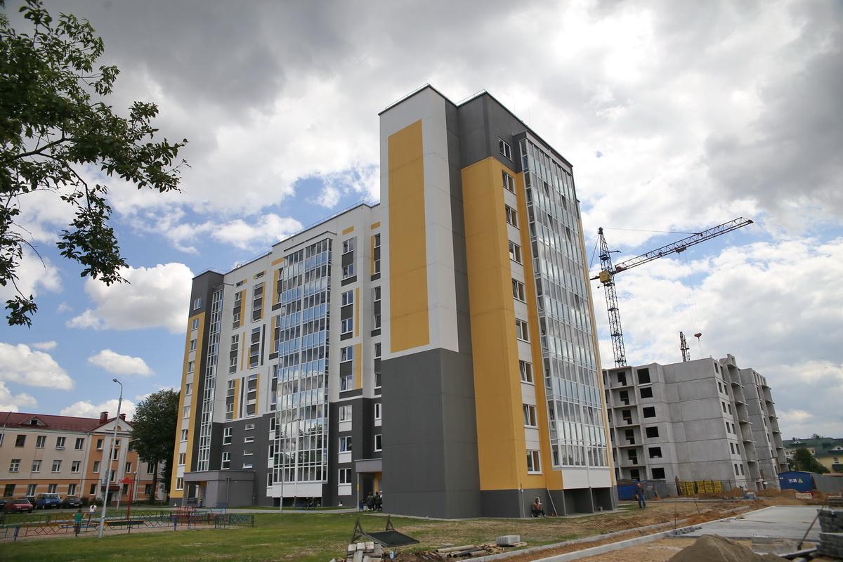 Строительство домов в Военном городке. Фото: Андрей БОЛКО
