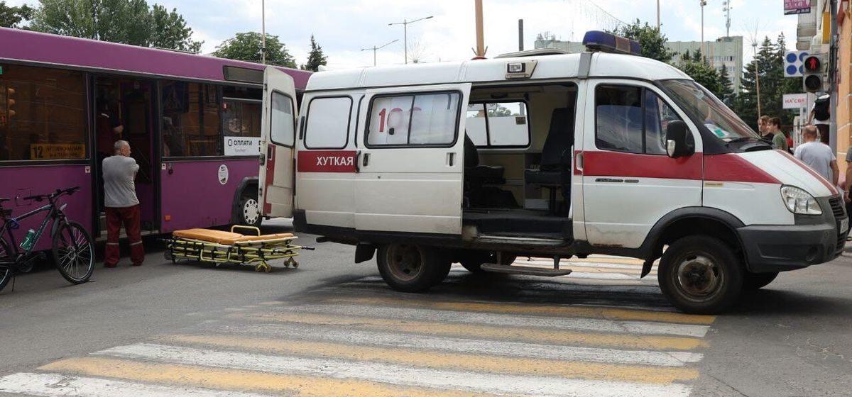 В Барановичах автомобиль «подрезал» автобус. Одному из пассажиров вызывали скорую помощь