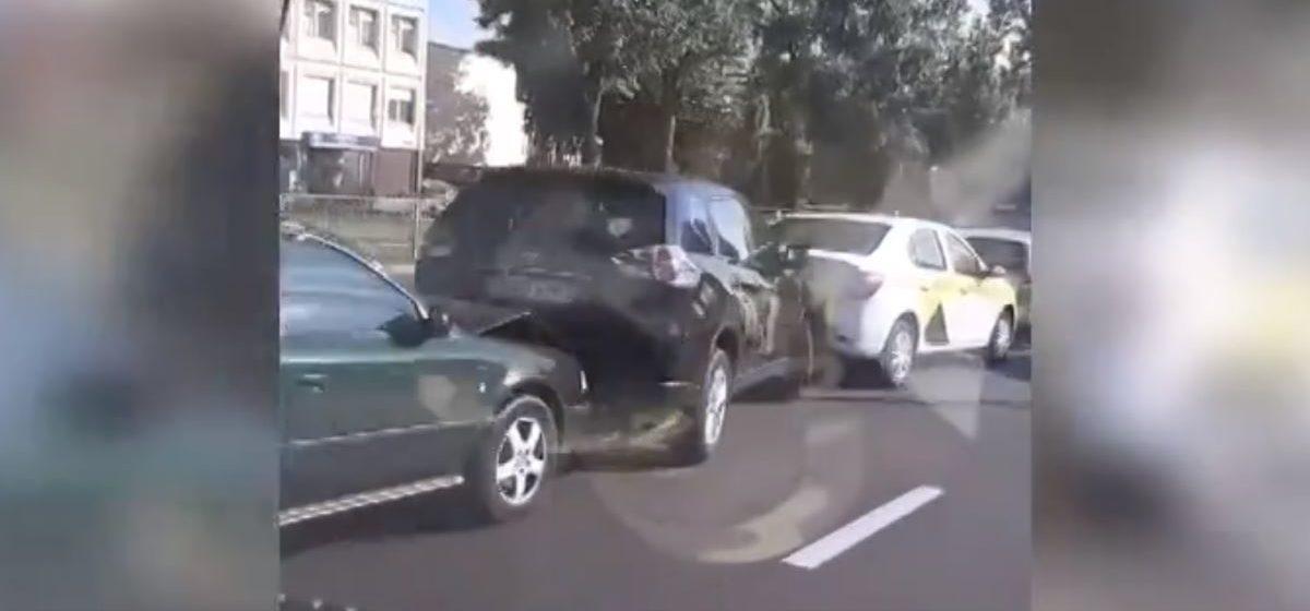 Девять автомобилей столкнулись в Гомеле. Видеофакт