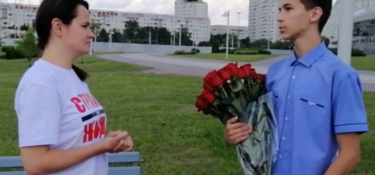 Тот самый выпускник, который высказался на линейке в Минске, подарил Тихановской 51 розу. И решил не поступать в университет