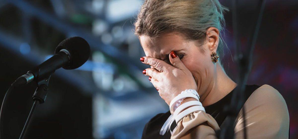 Вероника Цепкало расплакалась во время выступления: Мою маму забрали и сфабриковали дело, когда у нее был рак третьей стадии