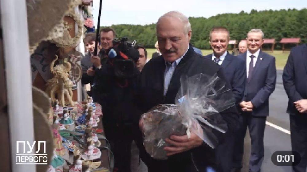 В Славгородском районе Лукашенко подарили необычный подарок. Такого ему еще не дарили. Видео