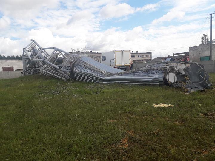 Сильный ветер повалил водонапорную башню в Лидском районе. Фото