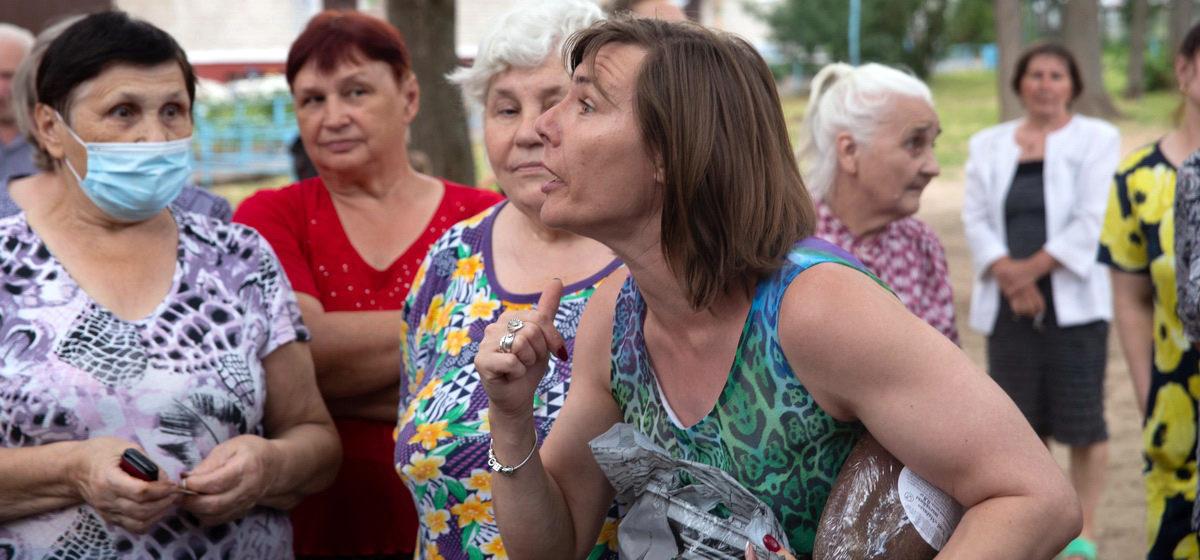 «Если вы не решите этот вопрос, то его решит президент». Жители многоэтажек в Барановичах протестуют против переноса мусорных контейнеров