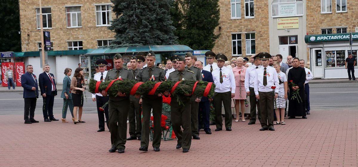 Цветы возложили к Вечному огню в День Независимости в Барановичах. Фото