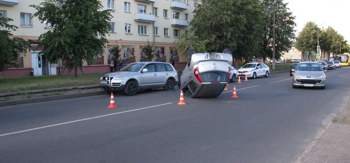 «Опель» перевернулся на крышу во время ДТП в Барановичах