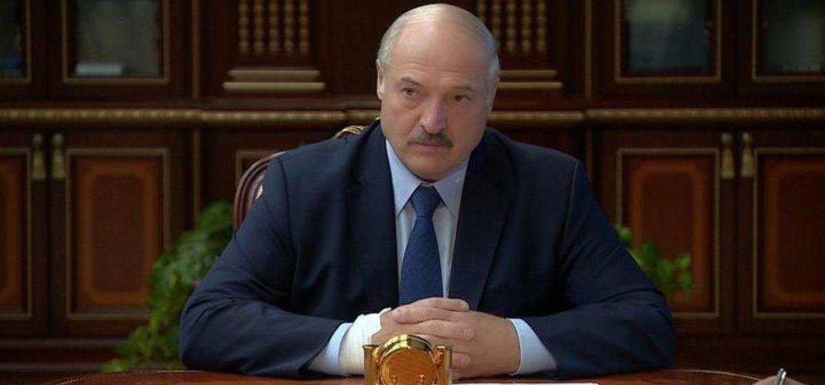 Лукашенко появился на совещании с перебинтованной рукой. Фотофакт