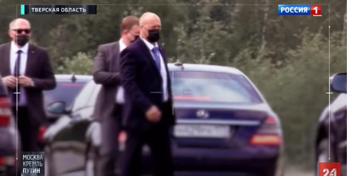 Охранники или помощники Лукашенко в защитных масках. Кадр из видео