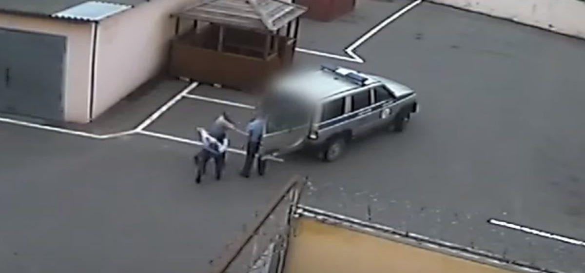 В Березинском РОВД сельчанин набросился на двух милиционеров. Видеофакт