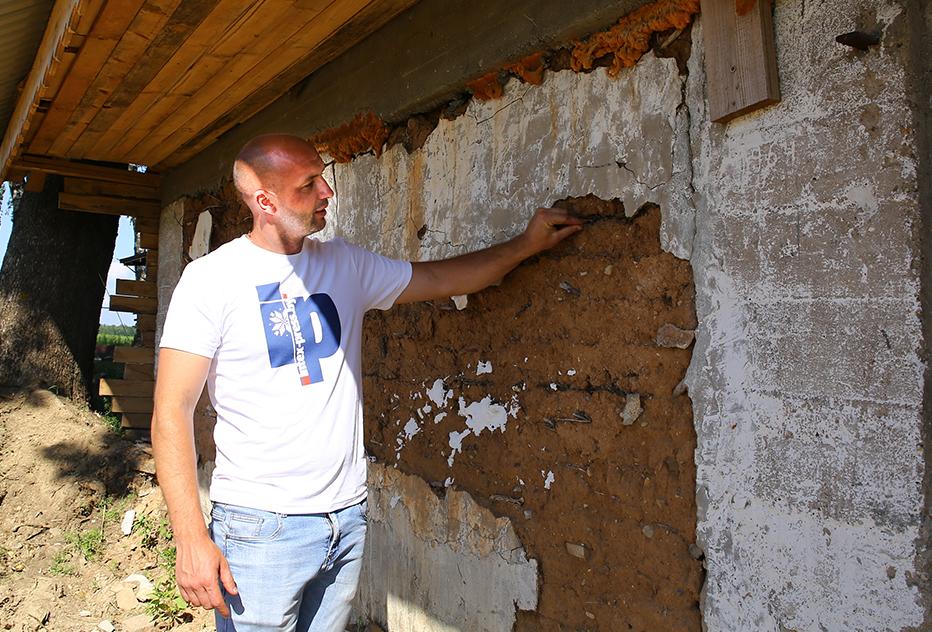 Владелец агроусадьбы «Хуторок» Александр Кандера сохранил стены от построек на хуторе своей бабушки.