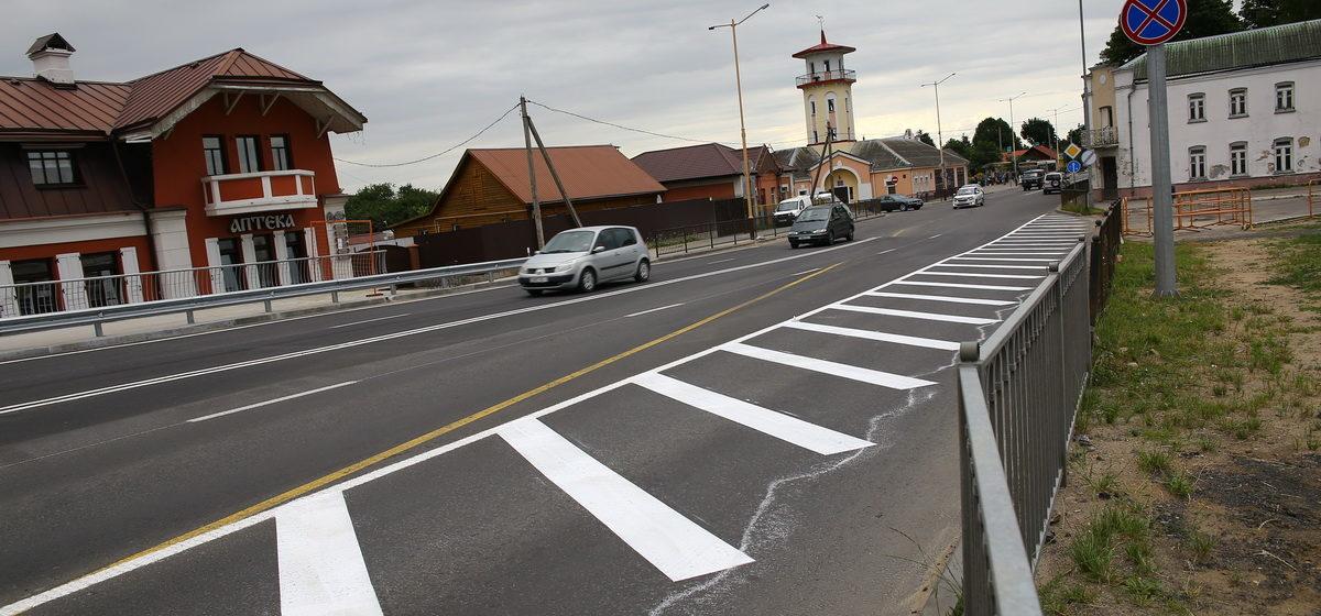 В Барановичах на путепроводе нанесли дорожную разметку. Фотофакт