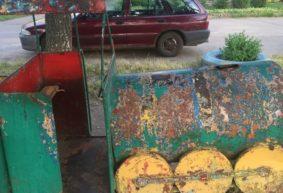 «Чернобыль какой-то». Жительница Барановичей жалуется на состояние детской площадки