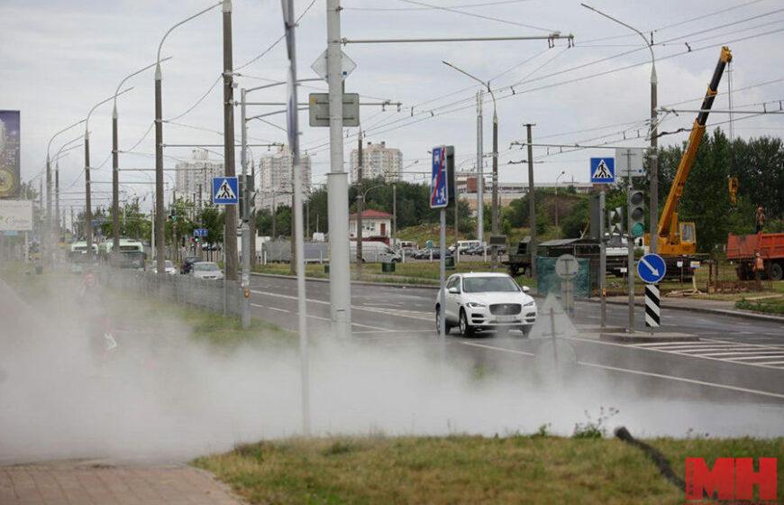 В Минске прорвало трубу с горячей водой. Кипяток бурлит, как гейзер. Видеофакт