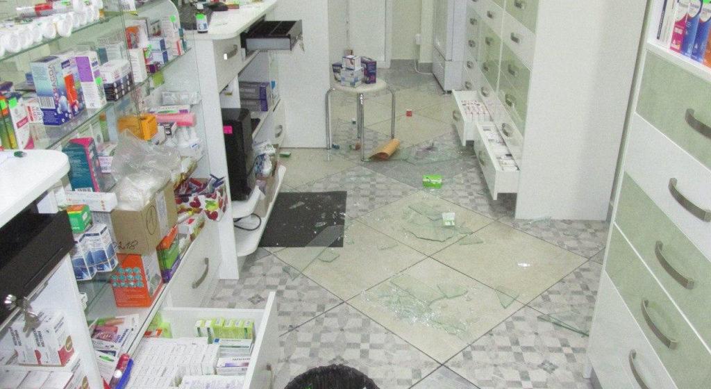 В Мозыре пьяный мужчина разнес головой витрину в аптеке из-за того, что ему не продали настойку календулы. Видео