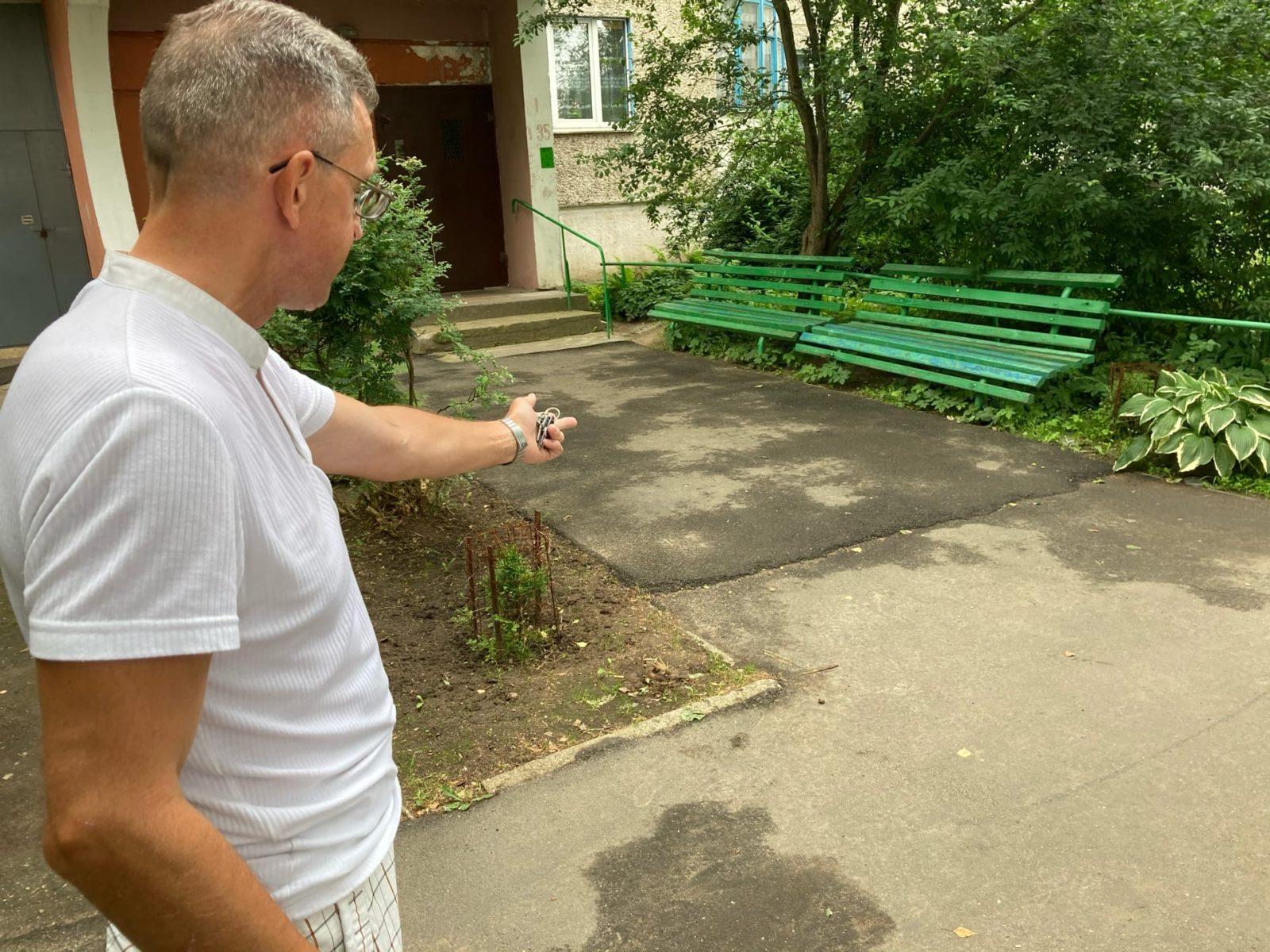 Виталий Белозор возмущен ремонтом дорожки возле своего дома. Фото: Ирина КОМИК