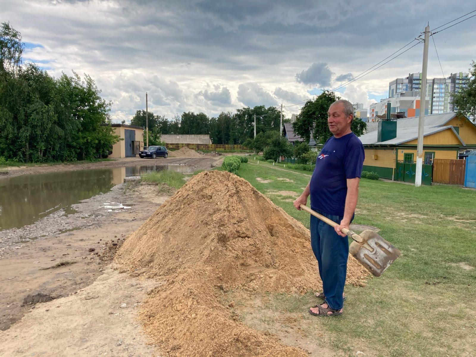 Владимир Лоборев сам периодически обкапывает лужу. Фото: Ирина КОМИК