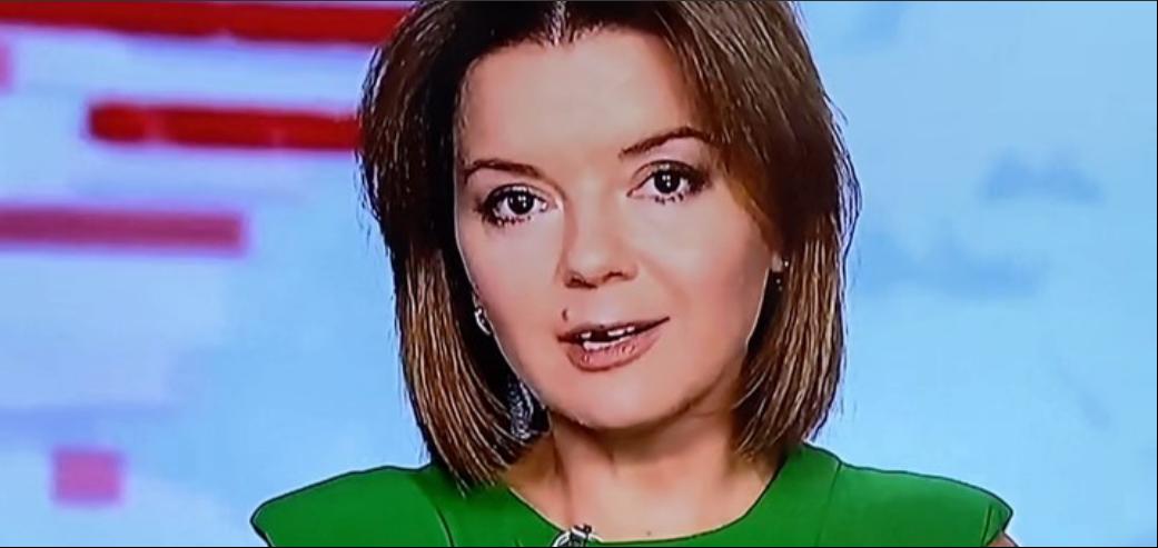 У телеведущей во время выпуска новостей выпал передний зуб. Она не растерялась. Посмотрите, что она сделала