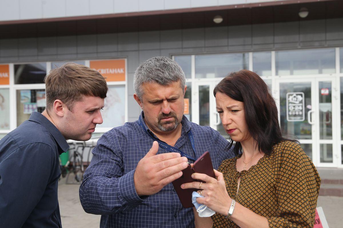 Жительница частного дома на улице Багрима Ольга Есис показывает замдиректора управляющей компании торговой сети