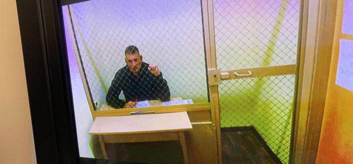 Тихановского снова судили. Он, сильно похудевший, в клетке в маленькой комнате. Фотофакт