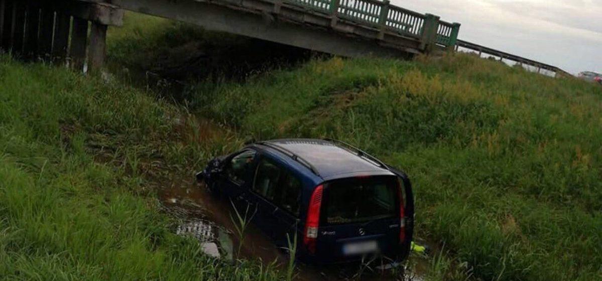 Водитель «Мерседеса» в свой день рождения опрокинулся в мелиоративный канал в Лунинецком районе
