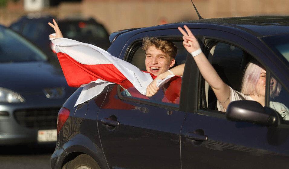 В центре Минска сигналили машины. Люди включают «Муры» и «Перемен». ГАИ перекрыла проспект. Фото/видео