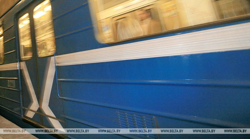 В минском метро между вагонами поезда упал пассажир
