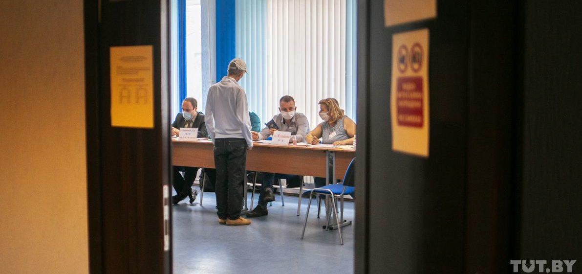 «Кто против реальных результатов? Исполком». После выборов комиссия решала, какой протокол вывесить. Видео