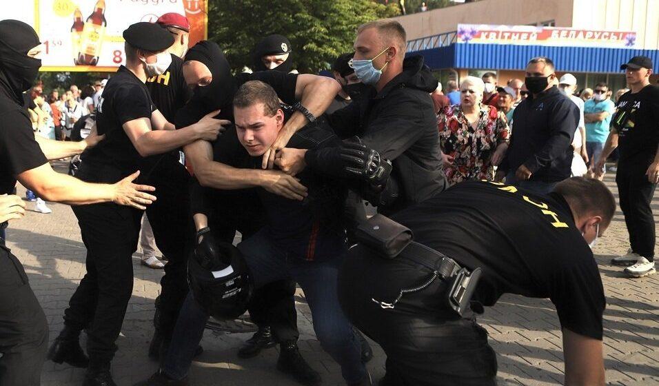 В Слуцке на месте несостоявшегося митинга Тихановской ОМОН стал задерживать людей. Фото/видео