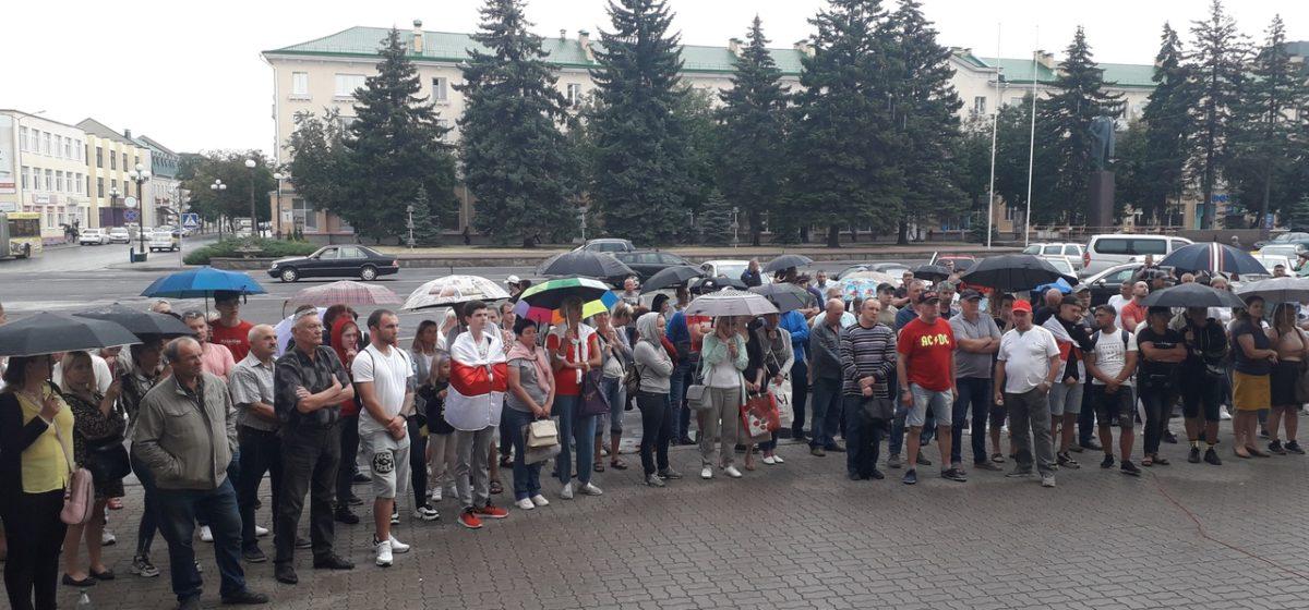 Горожане вновь собрались у здания исполкома. Как в Барановичах прошел одиннадцатый день протестов
