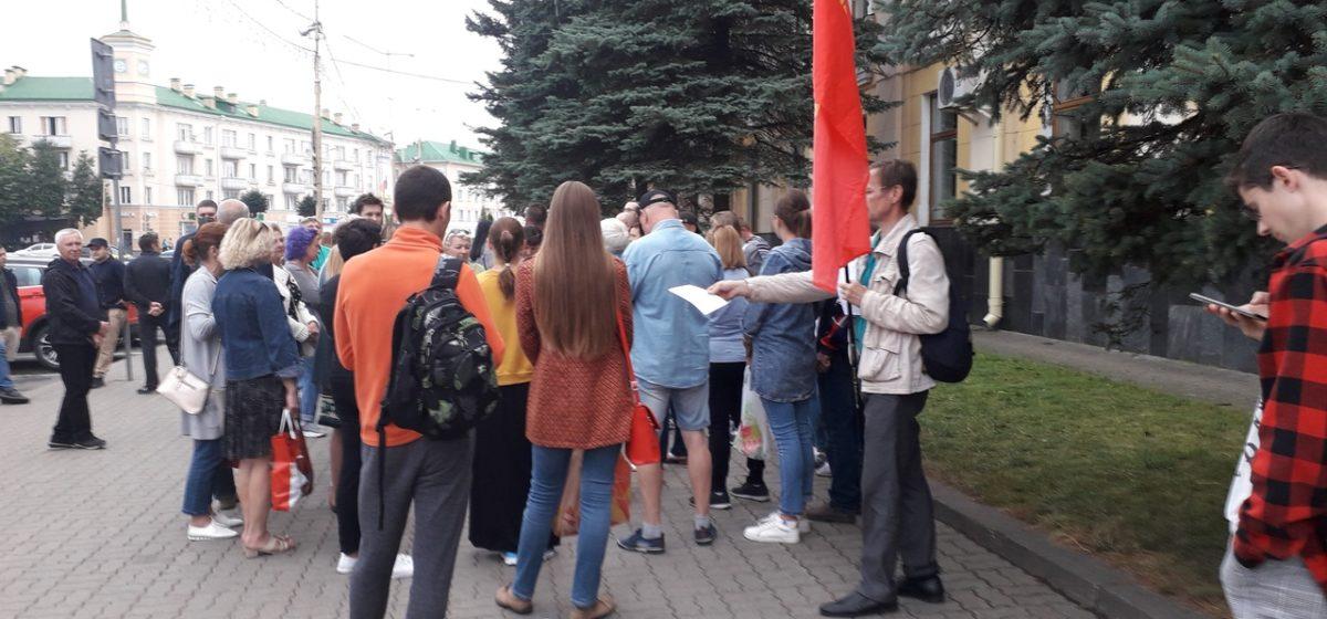 Горожане пришли к исполкому. Как в Барановичах прошел двенадцатый день протестов