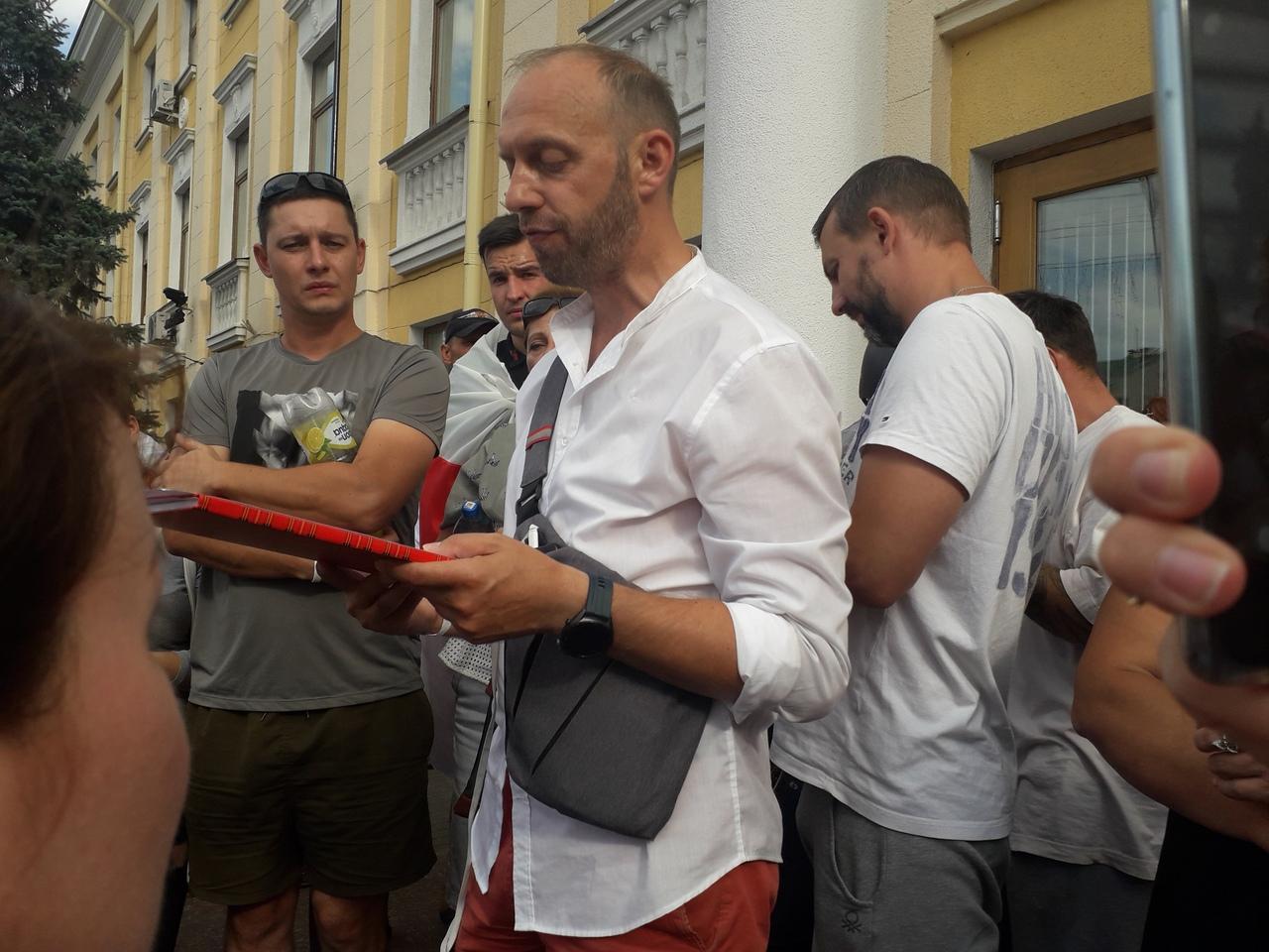 Индивидуальный предприниматель Иван Волчан зачитывает требования. Фото Intex-press