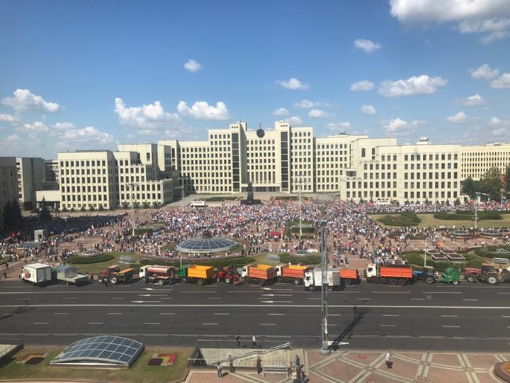 «За Беларусь!» и «Уходи!». В Беларуси проходят митинги: один — за Лукашенко, остальные — против
