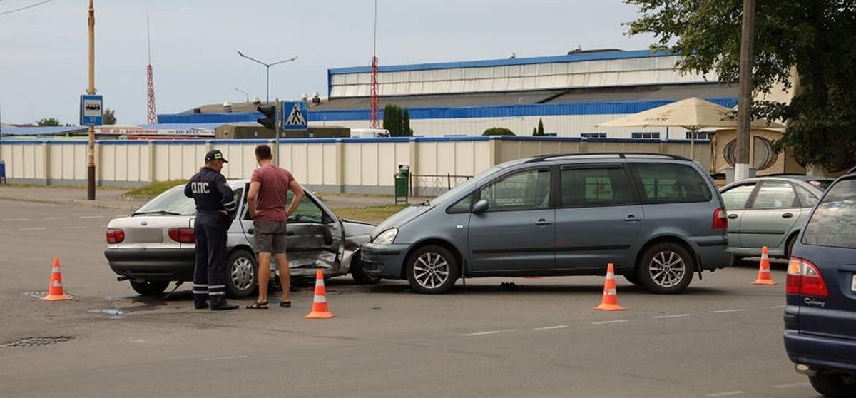 Два «Форда» столкнулись в Барановичах. Ребенку-пассажиру понадобилась помощь медиков