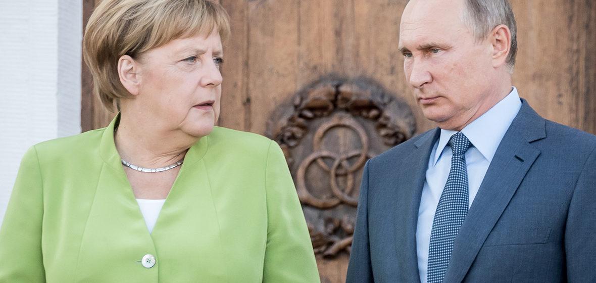 Литовский парламент в белорусских флагах, Меркель позвонила Путину. Как другие страны поддерживают Беларусь