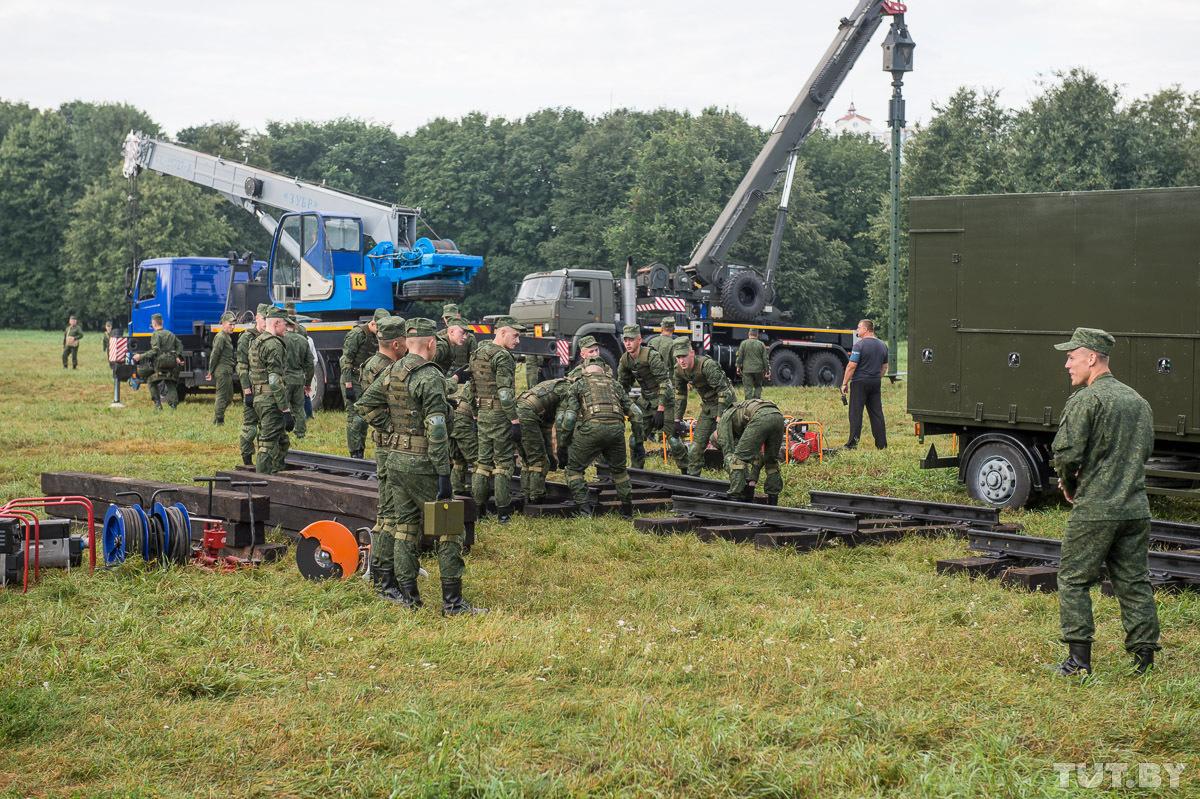 В парке военные даже рельсы уложили: праздничное мероприятие будет посвящено железнодорожным войскам. Фото: Евгений Ерчак, TUT.BY