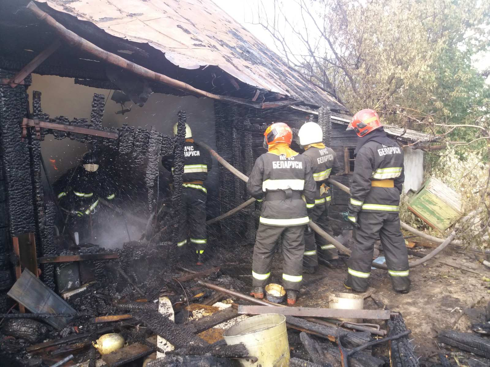 Пожар на улице Фрунзе. Фото: Барановичский ГРОЧС