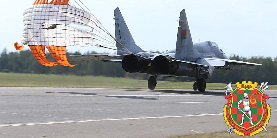 Военные самолеты приземляются на трассу М1. Видео