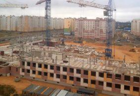 В новой школе в Барановичах начали строить третий этаж и стадион