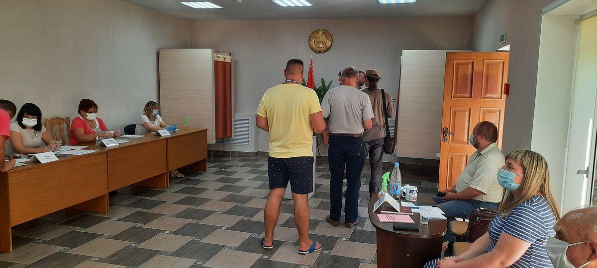 Очередь избирателей на участке №40 в Барановичах. Фото: Александра РАЗИНА
