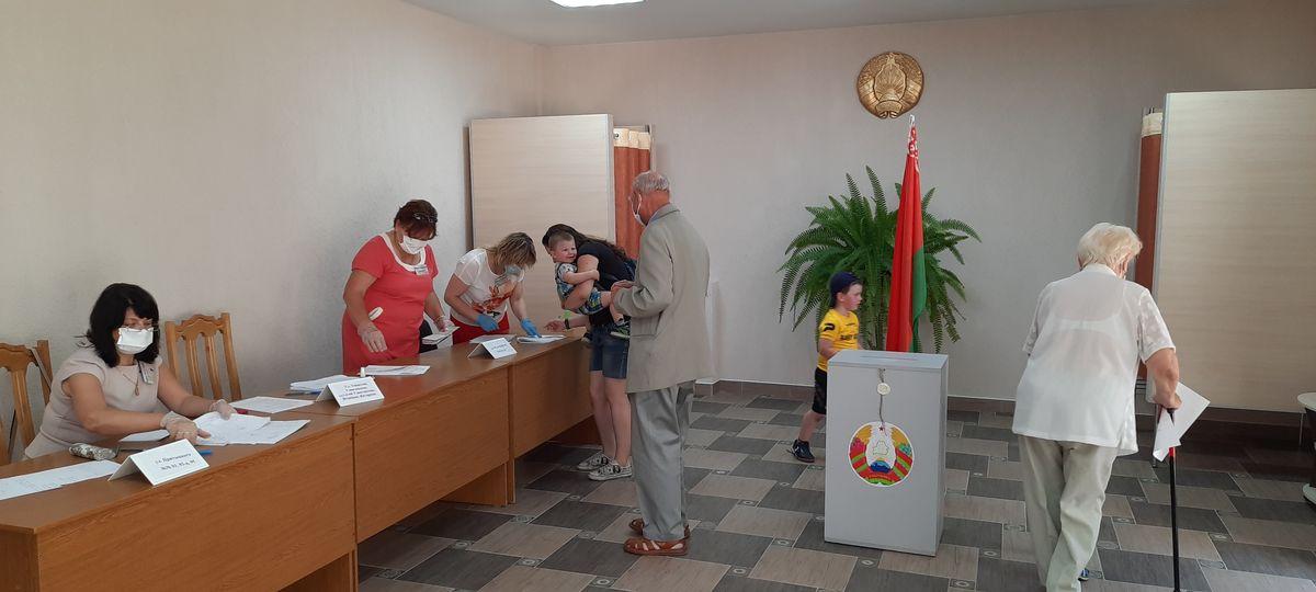 Один из наблюдателей угощает конфеткой маленького Тимофея. Фото: Александра РАЗИНА