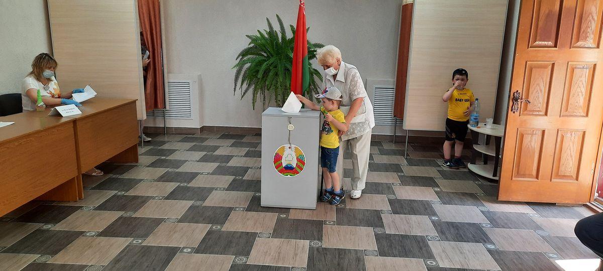 «Ваше место за стойкой». Как я провела несколько часов на одном из избирательных участков в Барановичах