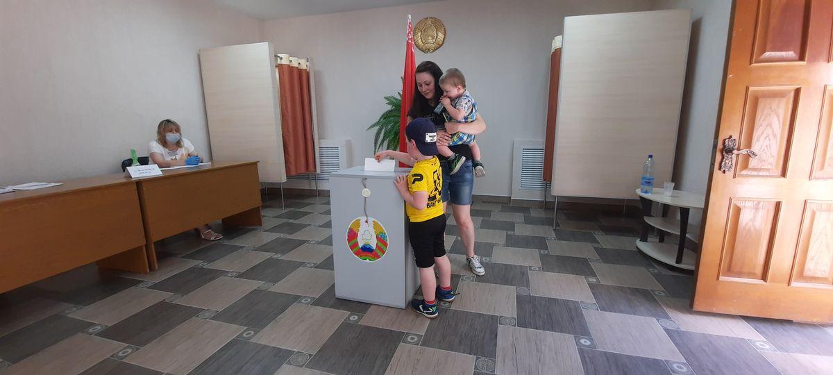 Екатерина с сыновьями Тимофеем и Максимом (опускает бюллетень в урну) на избирательном участке №40 в Барановичах. Фото: Александра РАЗИНА