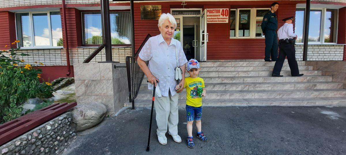 Пенсионерка с внуком на избирательном участке №40 в Барановичах. Фото: Александра РАЗИНА